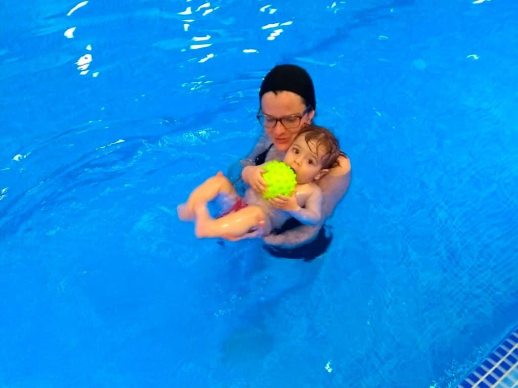 ejercicos-de-flotacion-en-el-agua-para-bebes
